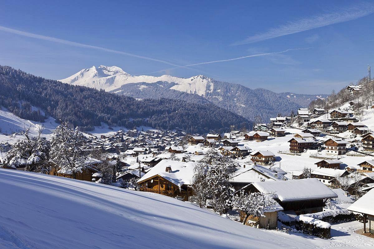 France, Haute-Savoie (74), Morzine, avec le Roc d'Enfer 2244m en arrière-plan // France, Haute Savoie, Morzine, with the Roc d'Enfer 2244m in the background