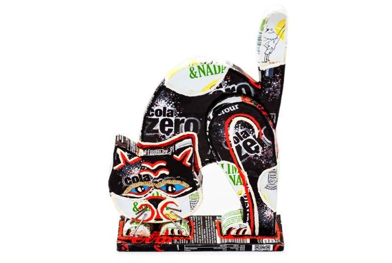 Decoratiune in relief, din material reciclat, ce infatiseaza o pisica neagra arcuita