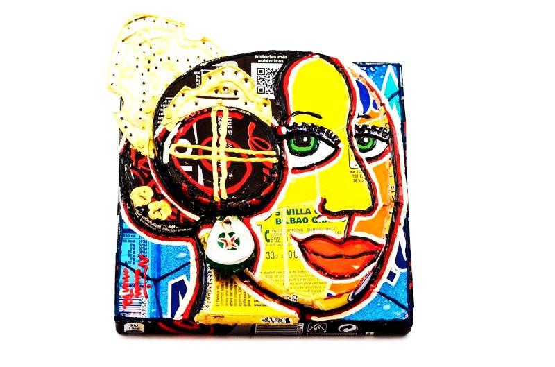 Tablou in relief, din material reciclat, ce infatiseaza o femeie valenciana