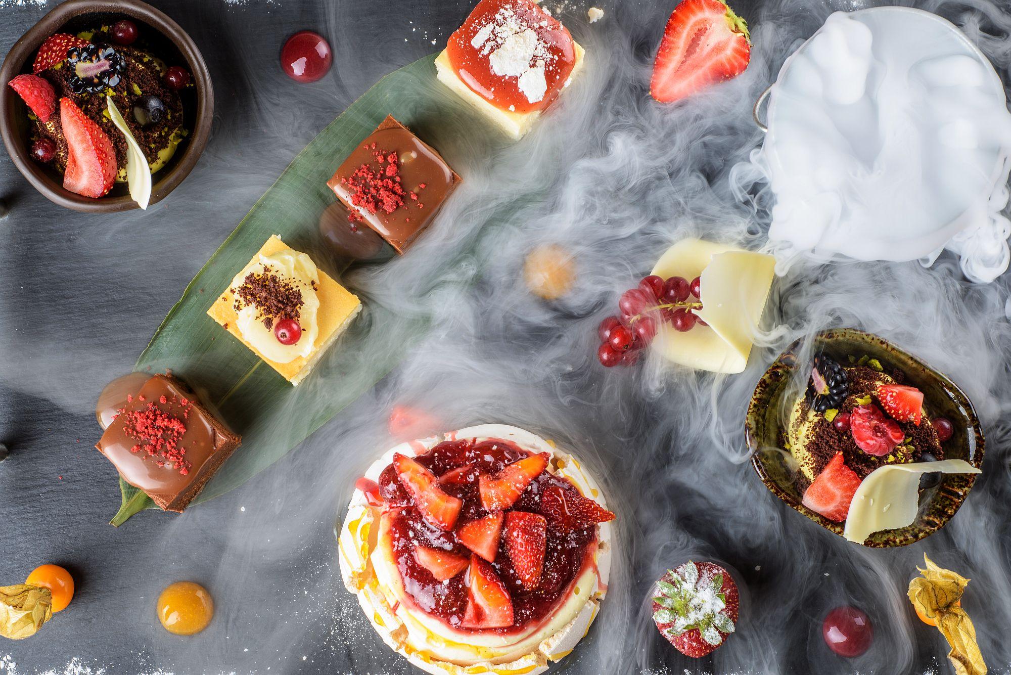 Pavlova, mousse de fistic, cheese cake, prăjitură de ciocolată cu blat crunchy si prăjitură cu caramel.