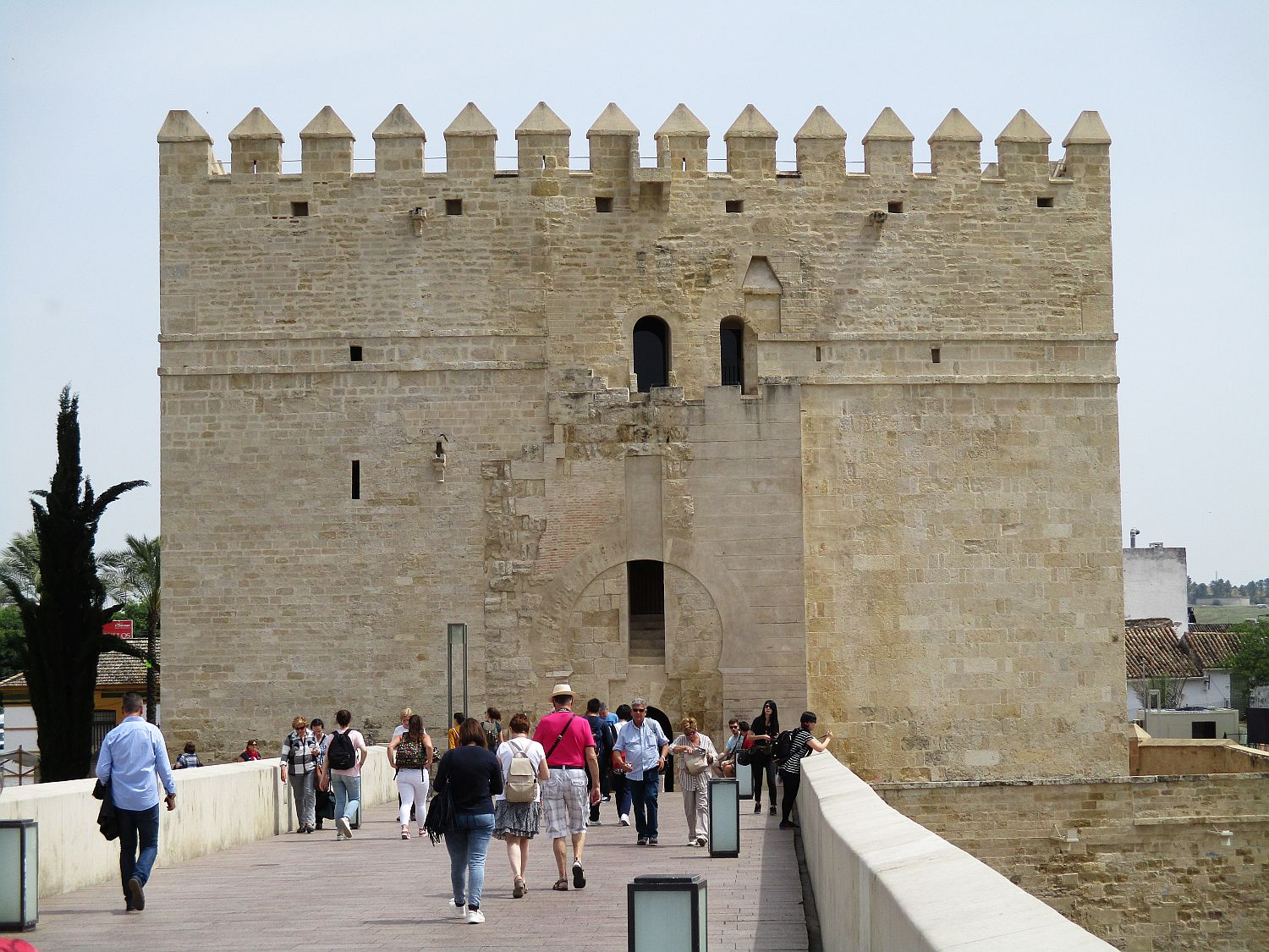 The Roman Bridge is restored, with many arcades, originally constructed in the early 1st century BCE, which ends with Calahorra Tower, a fortified gate. The edifice is of Islamic origin.